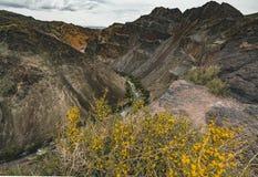 Il fiume in canyon di Charyn nel Kazakistan con le montagne ed il cielo si appanna fotografia stock
