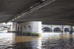 Il fiume Clyde che entra sotto un ponte nel centro urbano di Glasgow fotografia stock