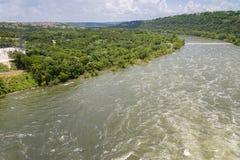 Il fiume Colorado nel Texas centrale curva delicatamente a sinistra Immagine Stock
