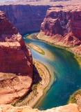 Il fiume Colorado taglia da parte a parte la roccia alla curvatura a ferro di cavallo che si dirige verso Grand Canyon Fotografie Stock Libere da Diritti