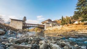 Il fiume con il palazzo tradizionale del Bhutan, Paro Rinpung Dzong, Immagini Stock