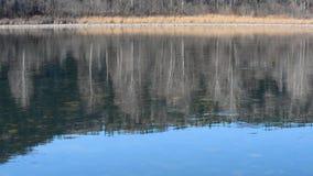 Il fiume con una corrente lenta sui precedenti delle montagne in molla in anticipo di giorno stock footage