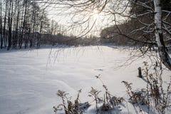 Il fiume congelato nell'inverno Le coperture di neve il ghiaccio Il fiume completamente è congelato Immagini Stock
