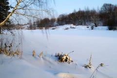 Il fiume congelato nell'inverno Le coperture di neve il ghiaccio Il fiume completamente è congelato Fotografie Stock