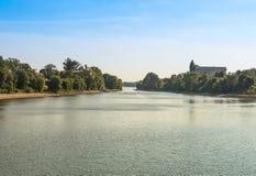 Il fiume del paesaggio nella gente di autunno si muove in un kajak immagini stock