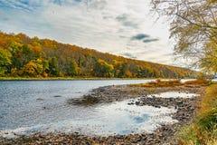 Il fiume Delaware vicino al ponte di traghetto di Dingmans nelle montagne di Poconos, Pensilvania, U.S.A. immagini stock libere da diritti