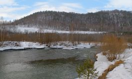 Il fiume della molla nelle colline pedemontana immagine stock libera da diritti