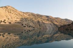 Il fiume della montagna è protetto in montagne Fotografia Stock Libera da Diritti