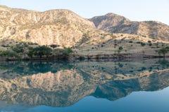 Il fiume della montagna è protetto in montagne Fotografia Stock