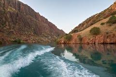 Il fiume della montagna è protetto in montagne Fotografie Stock