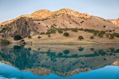 Il fiume della montagna è protetto in montagne Immagini Stock Libere da Diritti