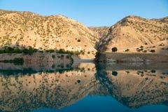 Il fiume della montagna è protetto in montagne Immagine Stock Libera da Diritti