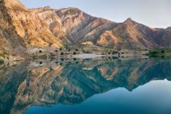 Il fiume della montagna è protetto in montagne Fotografie Stock Libere da Diritti