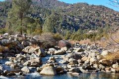 Il fiume della montagna con le pietre enormi Fotografie Stock