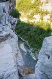 Il fiume della montagna in una valle rocciosa in Serbia Fotografia Stock Libera da Diritti