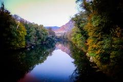 Il fiume delle stagioni - autunno fotografia stock libera da diritti