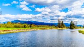 Il fiume di Alouette visto dall'argine a Pitt Polder vicino all'acero Ridge in Columbia Britannica Immagini Stock