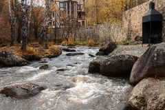 Il fiume di Belakurikh nella caduta Fotografie Stock