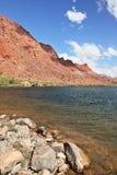 Il fiume di colorado verde smeraldo fra le montagne fotografia stock libera da diritti