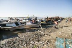 Il fiume di Irrawaddy si mette in bacino a Rangoon, Myanmar con la gente che carica e che scarica le merci fotografie stock