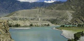 Il fiume di Katun fra le montagne di Altai Immagine Stock