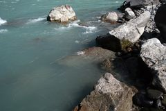 Il fiume di Katun nelle pietre trasparenti di Altai Immagini Stock Libere da Diritti