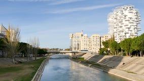 Il fiume di Lez e le costruzioni moderne accanto alla banca, Montpellier, Francia video d archivio