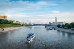 """Il fiume di Moskva con la maggior parte ponte di nitskogo di Bogdana del Khmel """"nel fondo fotografia stock libera da diritti"""