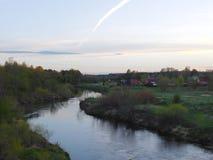Il fiume di Oredezh e le sue banche al tramonto Fotografia Stock