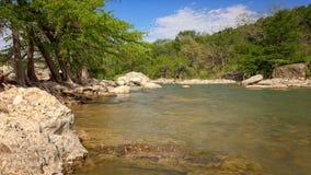 Il fiume di Pedernales passa il parco di stato di Pedernales, il Texas immagini stock libere da diritti