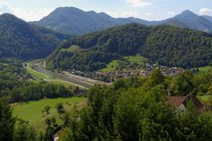 Il fiume di Savinja e la valle di Lasko sotto il Celje medievale fortificano in Slovenia Fotografia Stock Libera da Diritti