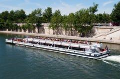 Il fiume di Seine con i turisti spedice a Parigi Immagine Stock Libera da Diritti