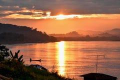 Il fiume di sera attraversa le belle montagne Fotografie Stock