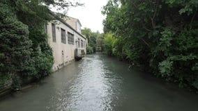 Il fiume di Sorgue della La attraversa la L Isola-Sur-La-Sorgue del ` in 4k archivi video