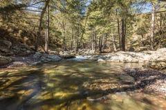 Il fiume di Tartagine entra sopra i ciottoli colourful in Corsica fotografia stock