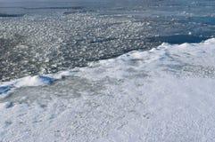 Il fiume Dnepr dell'inverno ha diviso vicino il ghiaccio spesso e sottile a gennaio Fotografie Stock