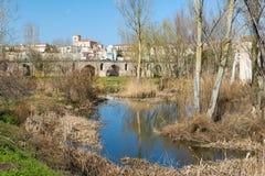 Il fiume Duero al suo passaggio sotto il ponte romano di chiamata, nella Z Immagini Stock