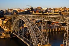 Il fiume e Dom Luis del Duero I rivestono di ferro il ponte, Oporto Fotografie Stock Libere da Diritti