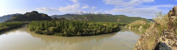 Il fiume e la neve di Chuya hanno ricoperto la cresta del nord di Chuysky Fotografia Stock Libera da Diritti