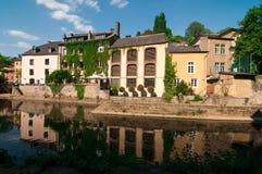 Il fiume ed i monumenti storici di Alzette in Grund, città di Lussemburgo immagini stock
