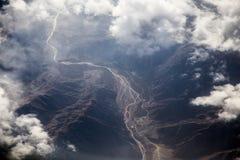 Il fiume ed il cielo in montagne aumentano il lato Fotografia Stock