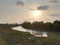 il fiume ed il sole si siedono immagini stock libere da diritti
