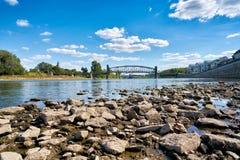 Il fiume Elba a Magdeburgo a bassa marea Immagini Stock Libere da Diritti