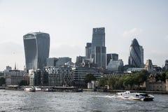 Il fiume finanziario dell'orizzonte del distretto di Londra della città Immagine Stock