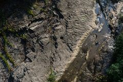 Il fiume fra le rocce è una vista superiore Immagine Stock Libera da Diritti