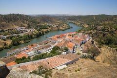 Il fiume Guadiana e la città storica di Mertola nell'Alentejo, Portogallo immagini stock