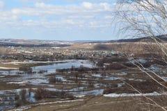 Il fiume ha sommerso le banche vicino al villaggio Immagini Stock