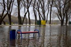 Il fiume ha straripato le sue banche Acqua sommersa fotografia stock