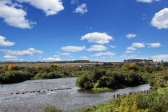 Il fiume, il ponte distrutto ed il villaggio Immagini Stock