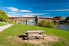 Il fiume il Ticino e il Ponte Coperto a Pavia Immagini Stock Libere da Diritti